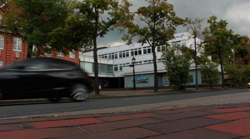 Der Rathaus-Anbau aus dem Jahr 1973 kann nur noch bis Ende des Jahres durch die Verwaltung genutzt werden. Der Ausschuss für Infrastruktur hat nun einstimmig für einen Neubau eines Verwaltungsgebäudes gestimmt. Foto: Stadt Papenburg