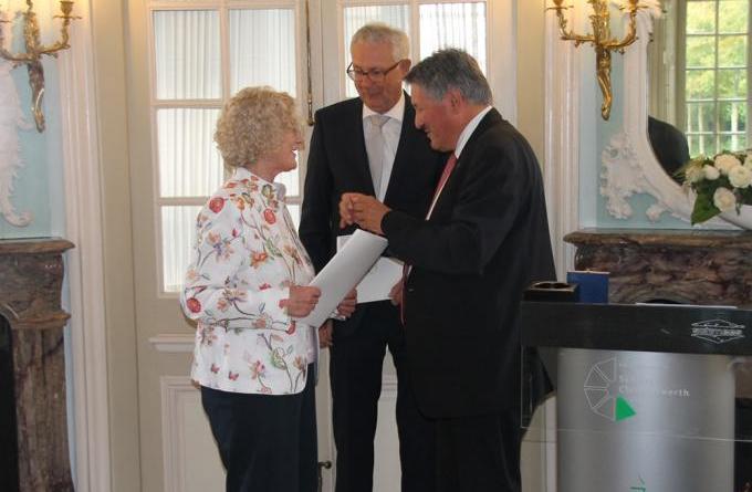 Die Verleihung der Emslandmedaille fand im Schloss Clemenswerth statt. Landrat Reinhard Winter überreichte Thekla Brinkers und Richard Schimmöller die Auszeichnung. (Foto: Landkreis Emsland)