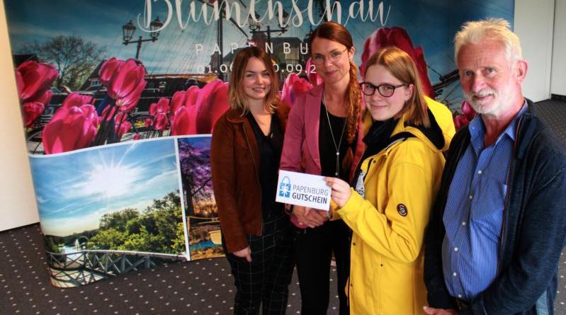 Mareike Niemann (zweite von rechts) freute sich, dass sie als Gewinnerin des Blumenschau-Geranienmemorys durch Losfee Hanna Rönkes (links) gezogen wurde. Überreicht wurde der Gewinn, ein Papenburg Gutschein im Wert von 50 Euro, von Papenburgs Wirtschaftsförderin Sabrina Wendt und dem Ideengeber des Geranienmemorys, Hans Schütte. Foto: Stadt Papenburg