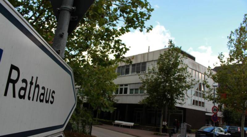Der Rathausanbau aus den 70er Jahren muss bis zum Jahresende geräumt werden. Aktuell sucht die Verwaltung nach neuen Büroräumen für rund 70 Kolleginnen und Kollegen.Foto: Stadt Papenburg