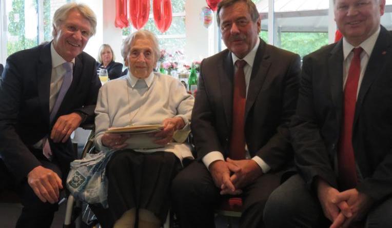 Lingens Erster Bürgermeister Heinz Tellmann (links) und der stellvertretende Landrat Klaus Prekel (rechts) gratulierten Helene Reichert zum 100. Geburtstag. Zu den Geburtstagsgästen zählte auch ihr Sohn Hartmut. Foto: Stadt Lingen