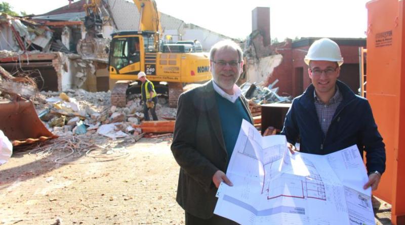 Stadtbaurat Rautenberg und Projektleiter Olbrich machen sich einen Eindruck der Abbauarbeiten der Mehrzweckhalle in Herbrum. Foto: Stadt Papenburg