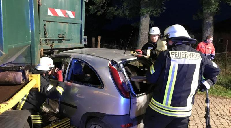 PKW-Fahrerin gerät beim Kreuzungsunfall unter abbiegenden LKW und wird schwerverletzt im PKW eingeklemmt – Feuerwehr Dörpen probt Ernstfall- - Foto: Jens Sievers Feuerwehr Dörpen