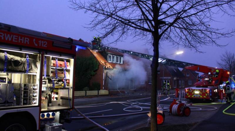 Zu einem Großbrand wurde die Papenburger Feuerwehr am Montagmorgen gerufen. In einem Wohn- und Geschäftshaus am Grader Weg war es um kurz 6 Uhr zu einem Feuer gekommen, bei dem fünf Personen verletzt wurden. Foto: Stadt Papenburg