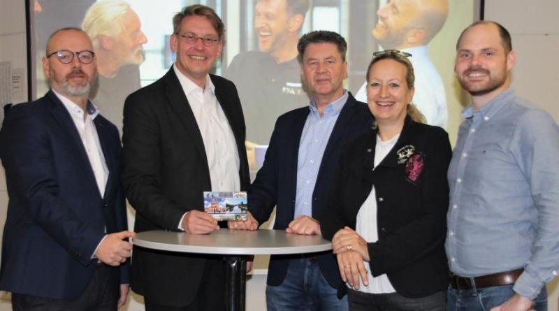 Freuen sich über den Erfolg des Imagefilms (v. l.): Udo Mäsker (Landkreis Emsland), Landrat Marc-André Burgdorf, Helmut Wursthorn (VSS), Martina Kruse (Landkreis Emsland) und Maximilian Forth (VSS) (Foto: Landkreis Emsland)