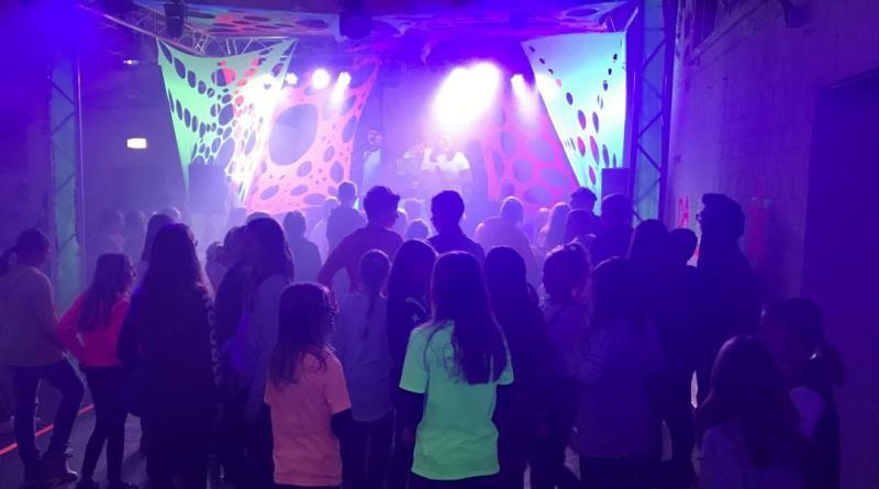 Gute Stimmung garantieren die Mitglieder der Partycrew bei der Neon-Party am 23. November im JUZ Papenburg. Foto: Stadt Papenburg