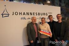 Freuen sich über eine gelungene Kooperation: (von links) Franz-Josef Lensker (Johannesburg), Carmen Nienaber (Johannesburg), Ansgar Ahlers (Papenburg Kultur) und Peter Hilbrands (Johannesburg). Foto: Stadt Papenburg