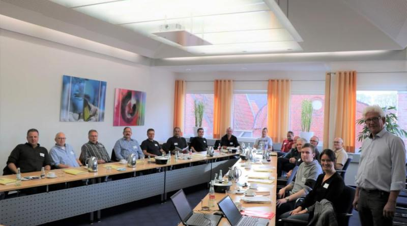 Dipl.-Ing. Hubert Grobecker (rechts) von der e&u Energiebüro GmbH vermittelte den städtischen Mitarbeitern die Grundkenntnisse zu nicht-investiven und verhaltensbedingten Energiesparmaßnahmen. Foto: Stadt Meppen
