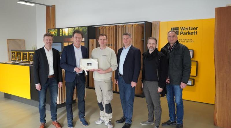 Oberbürgermeister Dieter Krone (2.v.l.) gratulierte Viktor Perik (3.v.l.) zusammen mit Wirtschaftsförderer Dietmar Lager (links), Gebäudeeigentümer Albert Bröskamp (4.v.l.), Lars Schnelting (WBR, 2.v.r.) und Eugen Siegle (WBR) zur Neueröffnung des Showrooms. Foto: Stadt Lingen
