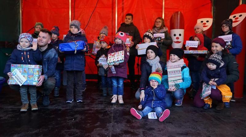 Glückliche Kindergesichter gab es am Sonntag auf dem Weihnachtsmarkt, als die Geschenke der Luftballon-Aktion des Papenburg Gutscheins übergeben wurden. Foto: Stadt Papenburg
