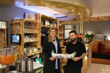 """(v. l.) Citymanagerin Janine Baalmann mit Geschäftsführer Ismail Durmus im """"Mundwerk"""". Foto: Stadt Meppen"""