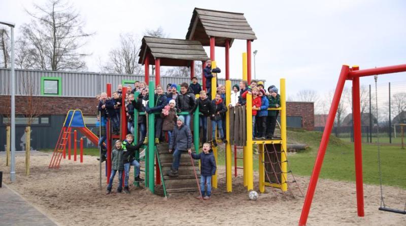 """Die Projektbeteiligten und die Schüler der Marienschule haben den """"Platz der Begegnung"""" sowie den neugestalteten Pausenhof in Erika-Altenberge offiziell eingeweiht. Foto: Stadt Haren (Ems)."""