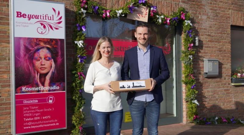 """Jens Schröder von der Lingener Wirtschaftsförderung gratulierte Jana Töpker zur Neueröffnung ihres Kosmetikstudios """"Beyoutiful"""". Foto: Stadt Lingen"""