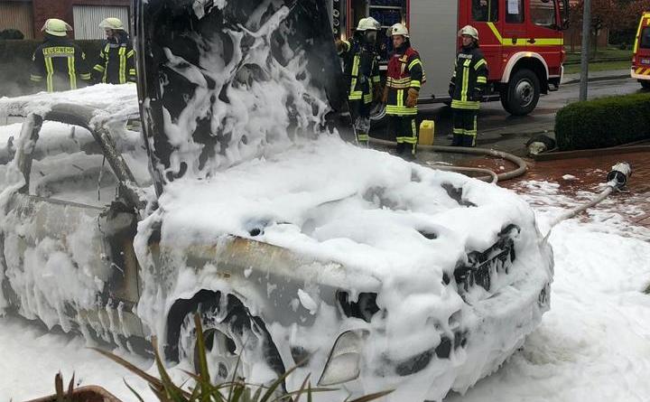 PKW rechtzeitig in Freie geschoben - Foto: SG Nordhümmling / Feuerwehr