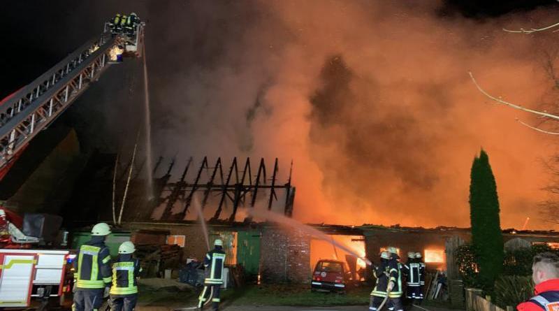 Bereits beim Eintreffen der Feuerwehr brannte das landwirtschaftliche Gebäude auf der ganzen Länge.Das Wohnhaus konnte gerettet werden. Foto: SG Sögel / Feuerwehr
