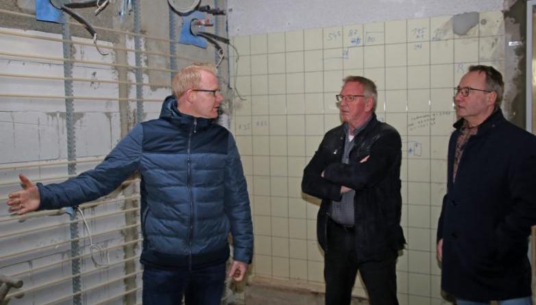 Machen sich ein Bild vom Fortschritt der Sanierungsarbeiten: Stadtbaurat Henrik Brinker, Ortsvorsteher Josef Kramer und Bürgermeister Markus Honnigfort (v.l.). Foto: Stadt Haren (Ems).