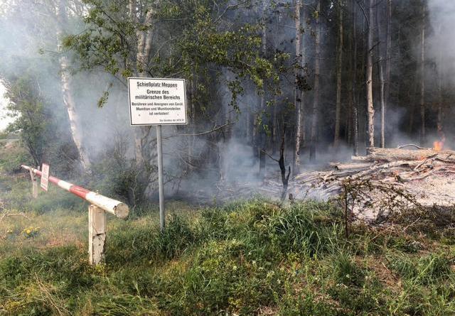 Das Feuer am Rande eine riesigen Waldgebietes konnte von den Feuerwehren schnell unter Kontrolle gebracht werden. Fotos: SG Sögel / Feuerwehr