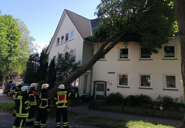 Lingen AKTUELL - Feuerwehreinsatz in der Schützenstrasse dauert an - Foto: NordNews.de