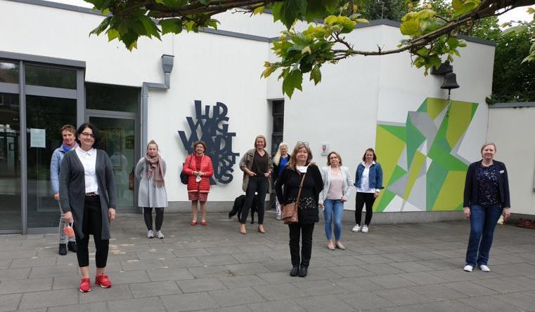 Marlies Kohne (vorne l.) und Veronika Schniederalbers (r.) begrüßen die Teilnehmerinnen des Workshops. (Foto: Landkreis Emsland)
