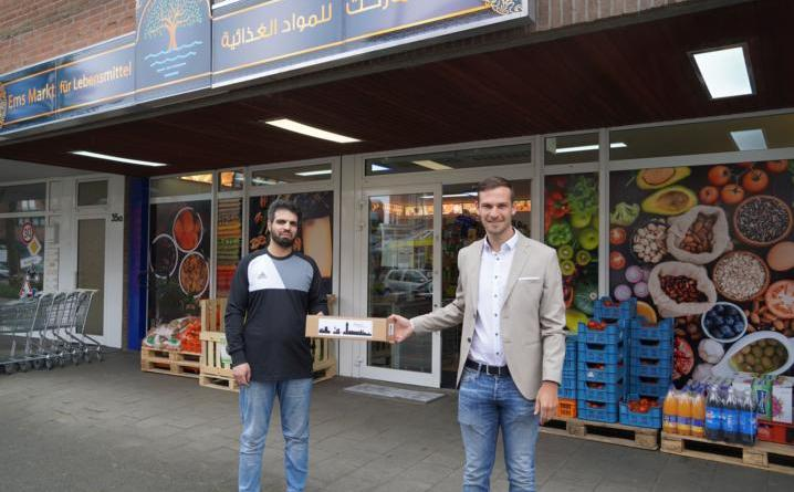 """Jens Schröder von der Lingener Wirtschaftsförderung (rechts) gratulierte Amer Khlef zur Neueröffnung des Lebensmittelgeschäftes """"Ems Markt"""". Foto: Stadt Lingen"""