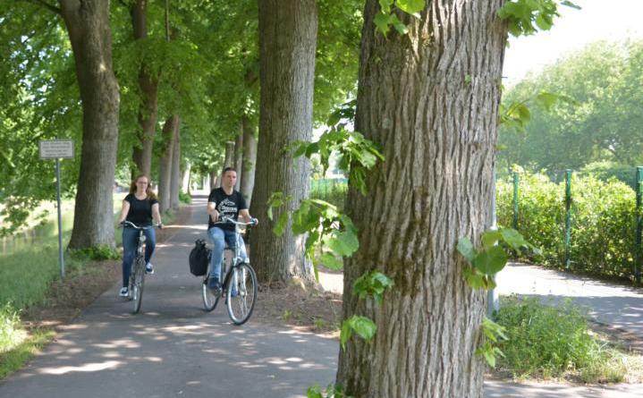 Eine Probefahrt auf dem sanierten Radweg am Verbindungskanal machten Bauleiter Carsten Müller und Klimaschutzmanagerin für Mobilität Anne Kampert von der Stadt Nordhorn.