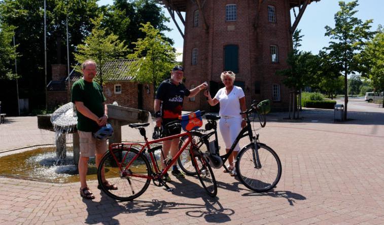 Symbolisch gibt Heiner Butke seinen Autoschlüssel an Monika Bakker ab. Er tritt damit in die Fußstapfen des ehemaligen Stadtradelstars Thomas Witolla. Foto: Stadt Papenburg