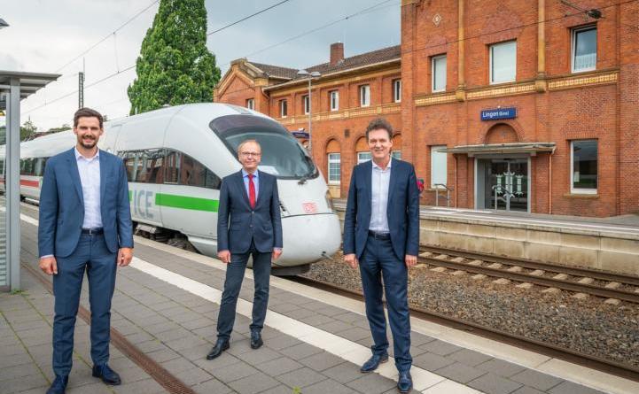 Oberbürgermeister Dieter Krone (rechts), Erster Kreisrat Martin Gerenkamp (Mitte) und LWT-Geschäftsführer Jan Koormann freuen sich, dass der ICE auf der Direktverbindung von München nach Norddeich Mole auch in Lingen hält (Foto: Helmut Kramer). Foto: Stadt Lingen