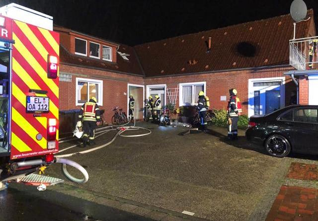 Feuerwehr Aschendorf löscht Zimmerbrand im Mehrfamilienhaus - Foto: Michael Schütte