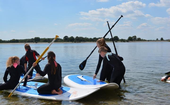 Mit Board und Paddel ausgestattet ging es direkt ins Wasser. Später dann sogar noch mit einem Segel. Foto: Kim Jacobi