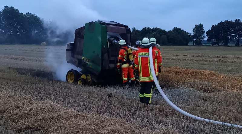 Ballenpresse brennt in Werlte - Foto: Christian König, Feuerwehr Werlte