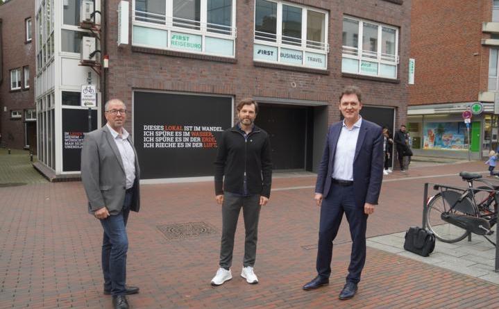 Citymanager Andreas Löpker, Geschäftsführer Ernst Trapp und Oberbürgermeister Dieter Krone vor dem zukünftigen EMP-Store in der Lookenstraße in der Lingener Innenstadt. Foto: Stadt Lingen