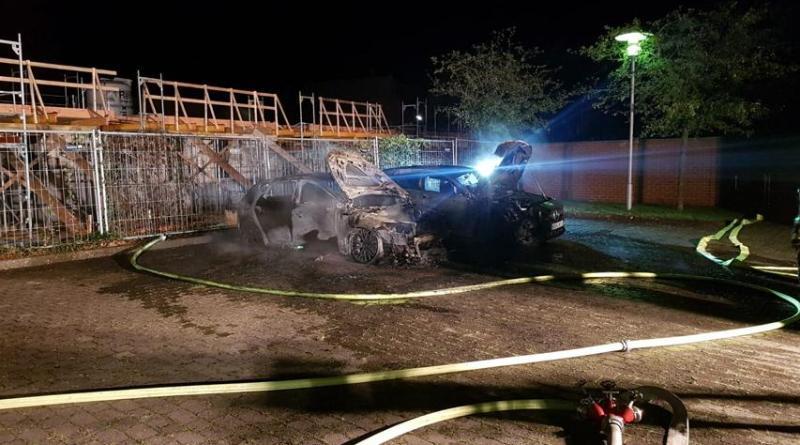 Neuenhaus - Zwei Fahrzeuge brennen am ehemaligen Möbelhaus Smoor - Foto: Feuerwehr Neuenhaus