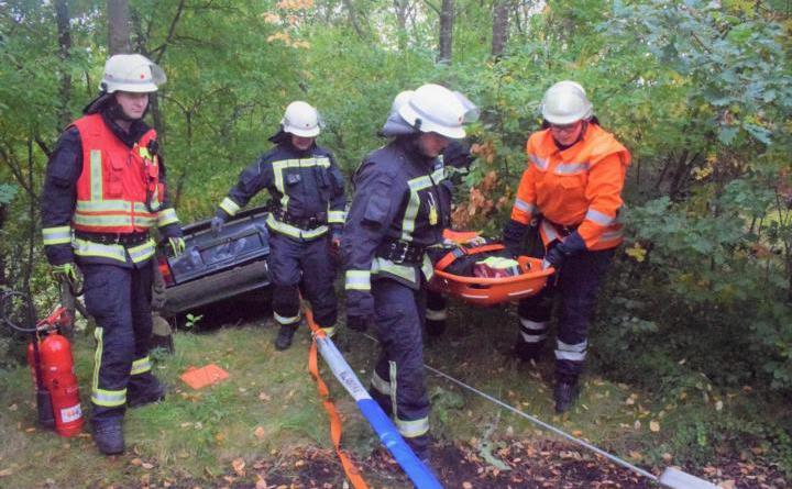 Personenrettung aus einem PKW am Abhang. Foto: Sven Lammers, Feuerwehr Meppen
