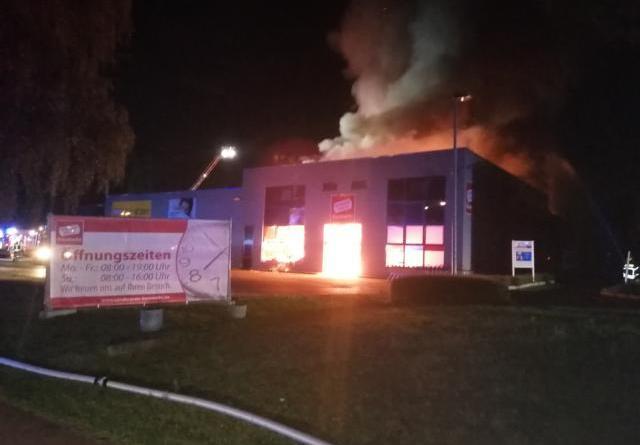 170 Einsatzkräfte bekämpfen Großbrand in Lingen - Foto: NordNews.de