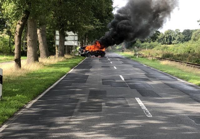 Fahrzeugbrand in Lahn - Foto: Holger Koldemeyer