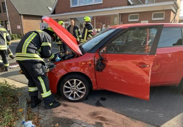 Verkehrsunfall am Grader Weg – Feuerwehr befreit Verletzte - Foto: Feuerwehr Papenburg - Michael Schütte