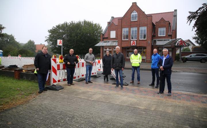 Die Wesuweer Mitglieder des Harener Stadtrates und Detlev Einhaus von der ausführenden Firma machten sich gemeinsam mit dem Bürgermeister Markus Honnigfort sowie dem Stadtbaurat Henrik Brinker ein Bild von der Baustelle in Wesuwe. Foto Stadt Haren (Ems).