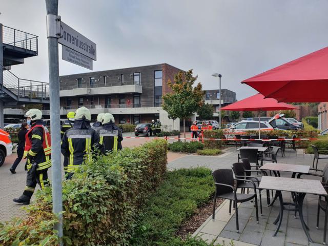 SEK Einsatz in Nordhorn - Mann bedroht Polizei und verschanzt sich - Foto: B.N.