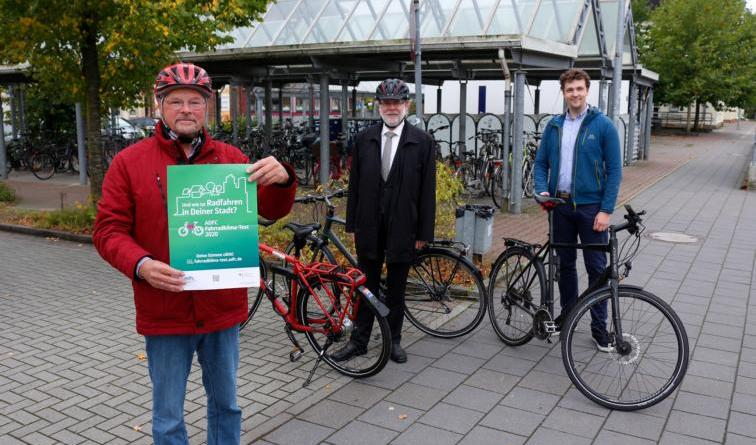 (v. l.) Thomas Witolla (ADFC Papenburg), Stadtbaurat Jürgen Rautenberg und Klimaschutzmanager Thomas Nienhaus rufen gemeinsam dazu auf, an der Online-Umfrage teilzunehmen. Foto: Stadt Papenburg