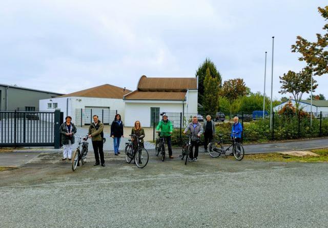 Sehr zufrieden mit dem erneuerten Radweg zeigten sich die städtische Klimaschutzmanagerin für Mobilität Anne Kampert (vorne Mitte), Bürgermeister Thomas Berling (vorne rechts), Stadtbaurat Thimo Weitemeier (vorne links) sowie die Vertreterinnen und Vertreter der Nordhorner Politik. Foto: Stadt Nordhorn