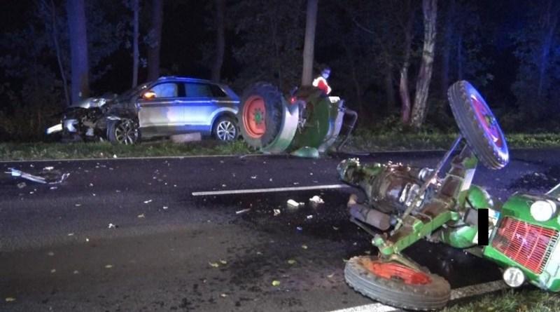 Geeste - Oldtimer - Trecker bei Verkehrsunfall in zwei Teile zerrissen - Foto: NordNews.de
