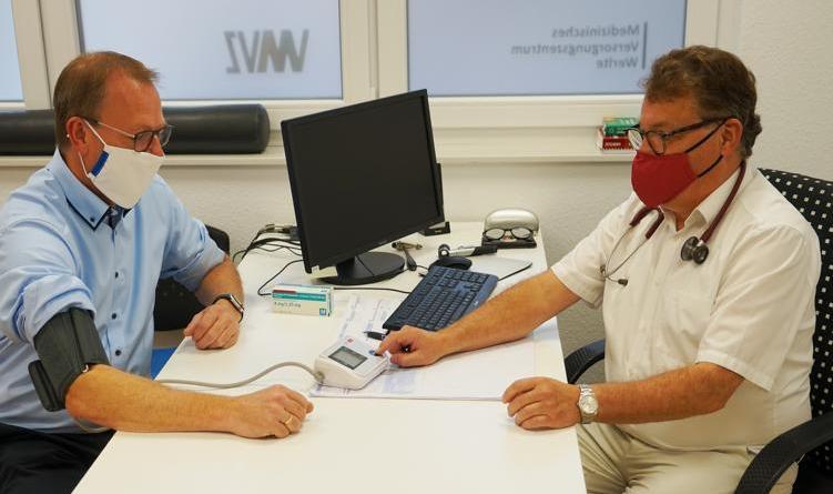 Untersuchung Bm. D. Thele durch Herrn Dr. Jehn. Foto: Stadt Werlte