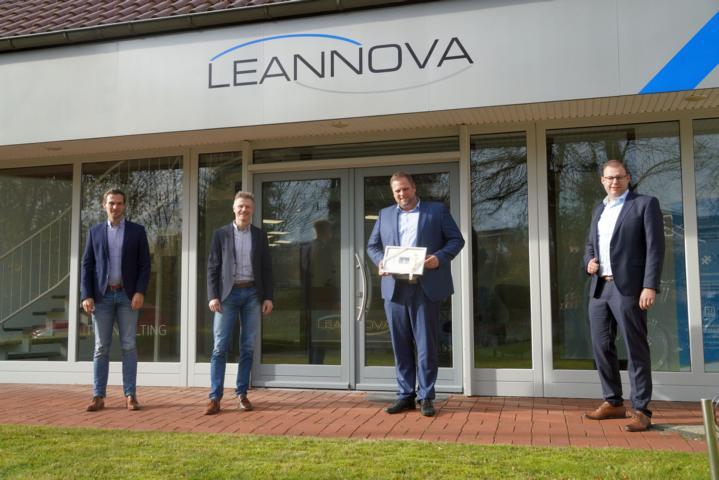 Jens Schröder und Dietmar Lager (v. li.) gratulierten Benjamin Bütfering und Prof. Dr. Jens Mehmann zum neuen Standort an der Clara-Eylert-Straße 4 in Lingen. Foto: Stadt Lingen