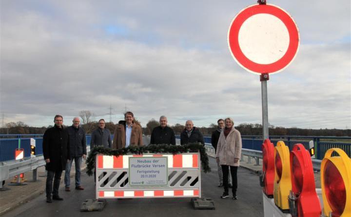 Gemeinsam mit örtlichen Vertretern der Politik und verantwortlichen Mitarbeitern aus der Kreisverwaltung nahm Landrat Marc-André Burgdorf (4. v. l.) coronabedingt in kleinem Rahmen die Eröffnung der Flutmuldenbrücke vor. (Foto: Landkreis Emsland)