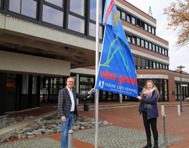 Bürgermeister Markus Honnigfort und die Gleichstellungsbeauftragte hissen gemeinsam die Flagge der Terre des Femmes- Initiative. Foto: Stadt Haren (Ems)