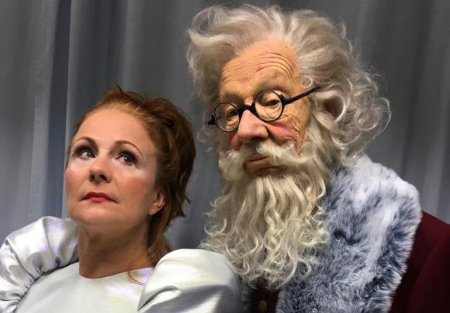 """Christiane Leuchtmann und Hans Peter Korff verkörpern beim großen Nikolausspecial von Papenburg Kultur am 5. Dezember um 19 Uhr die Hauptcharaktere """"Angie und Niki"""". Foto: Stadt Papenburg"""