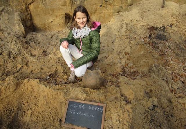 Im Finderglück: Antje Schmalfeldt machte den außergewöhnlichen Fund. Foto: Landkreis Emsland