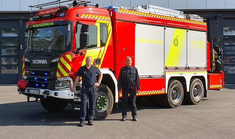 Martin Hamfeld (Leiter der Werkfeuerwehr, rechts is im Bild) und Andree Kues (Wachabteilungsleiter) vor dem neuen RW-K. Foto: BP