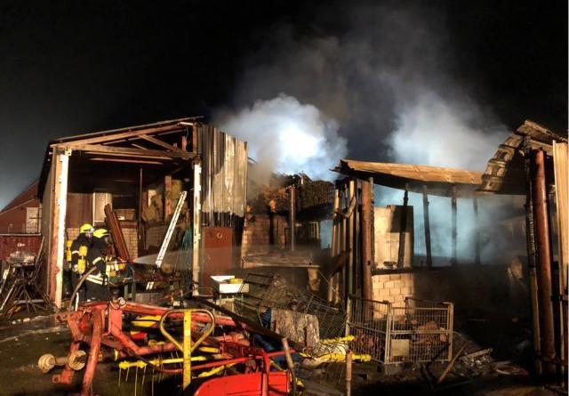 Großbrand in Papenburg - Fenster und Türen geschlossen halten - Foto: Feuerwehr Papenburg