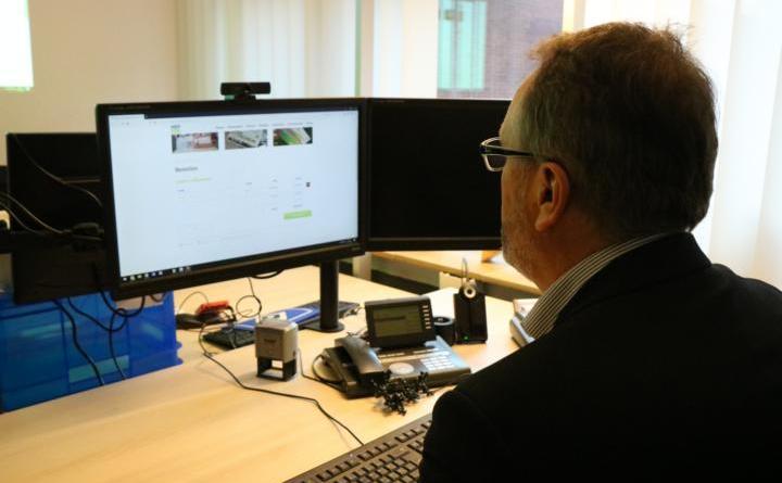 Auch Bürgermeister Helmut Knurbein hat die Gelegenheit genutzt und einen Meppen Gutschein über den Onlineshop der TIM bestellt. Foto: Stadt Meppen